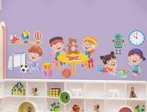 Μικροί φίλοι που παίζουν Παιδικά Αυτοκόλλητα τοίχου 130 x 45 εκ.