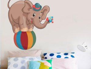 Ελεφαντάκι πάνω σε μπάλα Παιδικά Αυτοκόλλητα τοίχου 50 x 60 εκ.